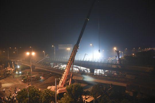 无锡高架桥侧翻事故致3死2伤 初判系运输车辆超载所致