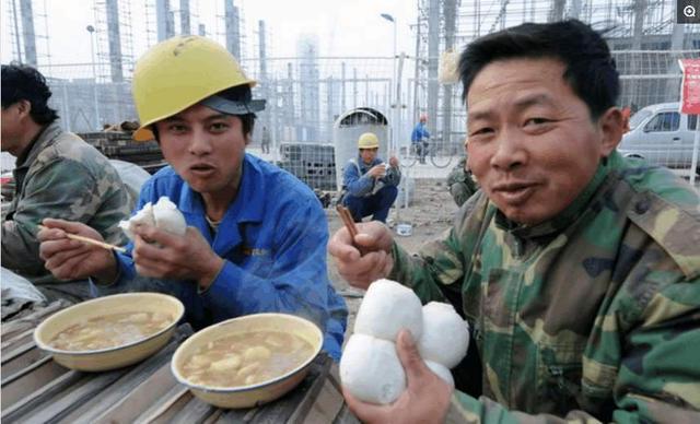 农民工已经工作了,为啥农民工一天三顿喜欢吃白菜呢?看完明白了
