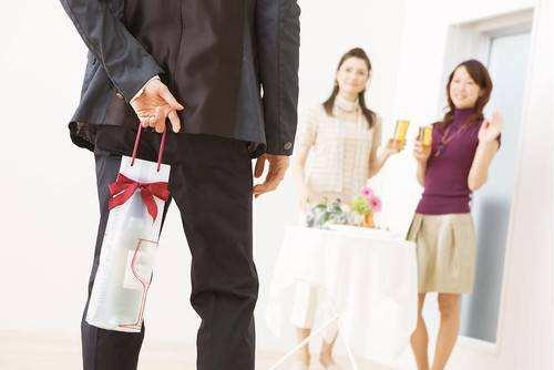 生活与职场中我们怎样给领导送礼?