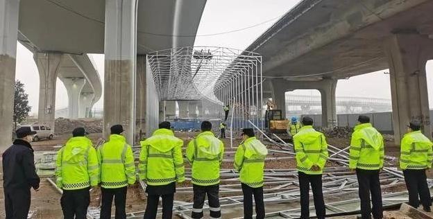 """湖北一""""无主""""违建,在桥下大肆施工,城管果断拆除"""