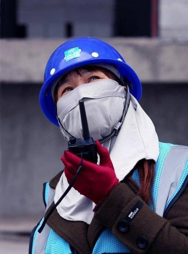 建筑工地上的母亲们:她们身着工装 却依然美丽