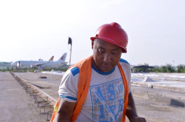 施工人员正在进行新建站坪道面混凝土浇筑前的准备工作