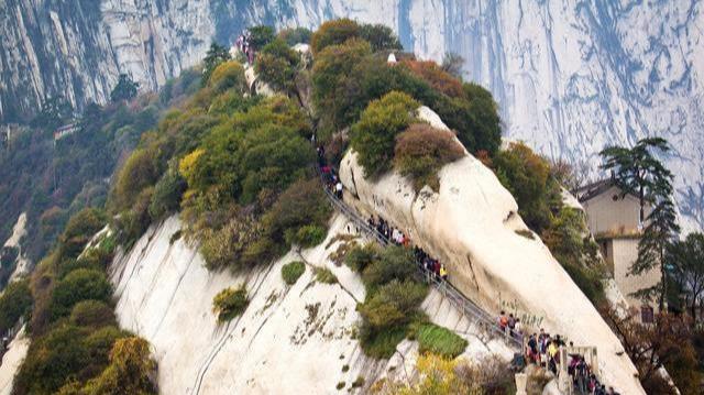 """中国""""最危险""""华山栈道,到底是何人修建,古人又是如何修的呢?"""