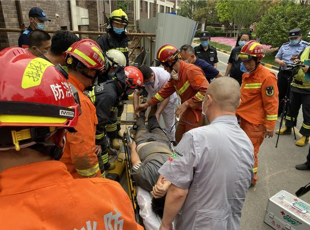 顺义一工地突发坍塌,一名工人被困3米多深沟